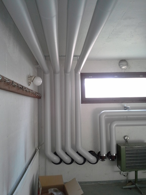 PVC -pinnoitusta kerrostalon kellarissa
