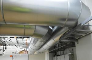 Pellitettyjä IV-kanavia tehtaan sähköhuoneessa.